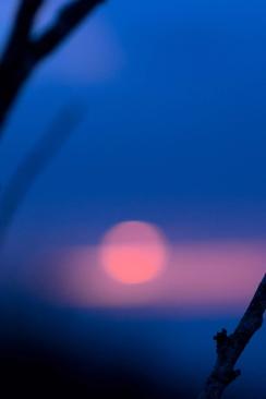 """""""Nébuleux"""" Lever de soleil, flamboyant, entre deux bandes nuageuses ..."""