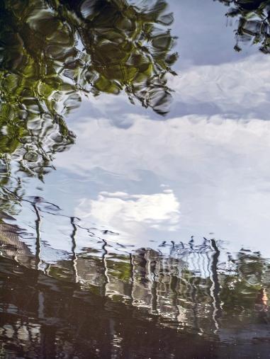 """Vue """"tremblotante"""" du petit pont qui relie les deux berges de la rivière"""
