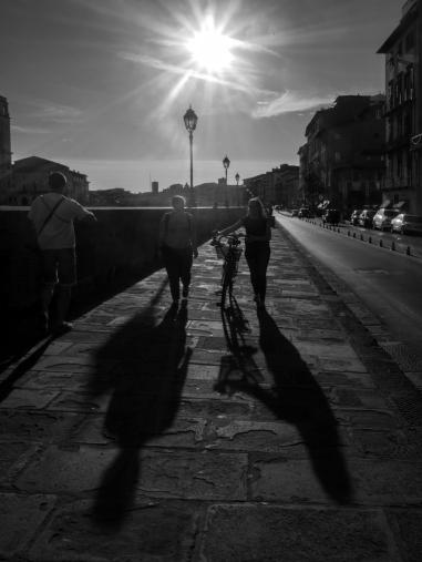 Chasse aux ombres dans les rues