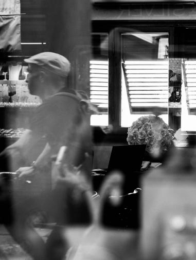 Passage d'un cycliste au moment où je cherchais à utiliser les reflets dans une vitre