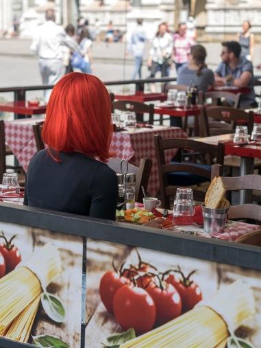Là encore, le rouge est omniprésent, la chevelure de la jeune femme est primordiale pour la réussite de cette photo.