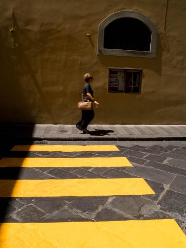 Utilisation du passage piéton pour le graphisme et rappel du jaune sur le mur