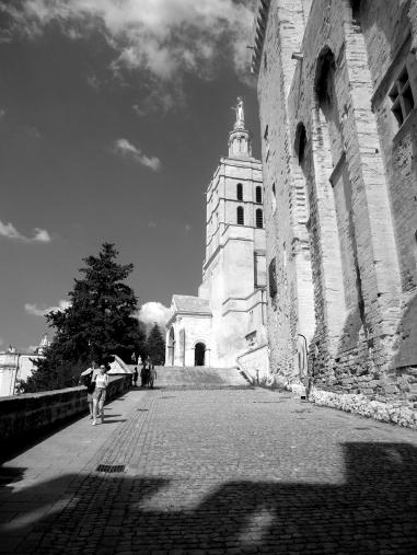 Au premier plan, l'ombre des tours de la cathédrale