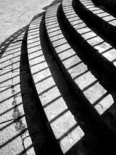 Les rayons qui passent à travers la grille créent un motif au sol très géométrique