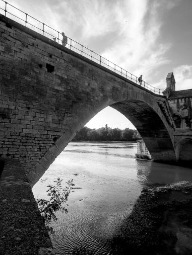 Sur le pont d'Avignon ... et non, on y danse pas forcément, on fait des aller-retour simplement :-)