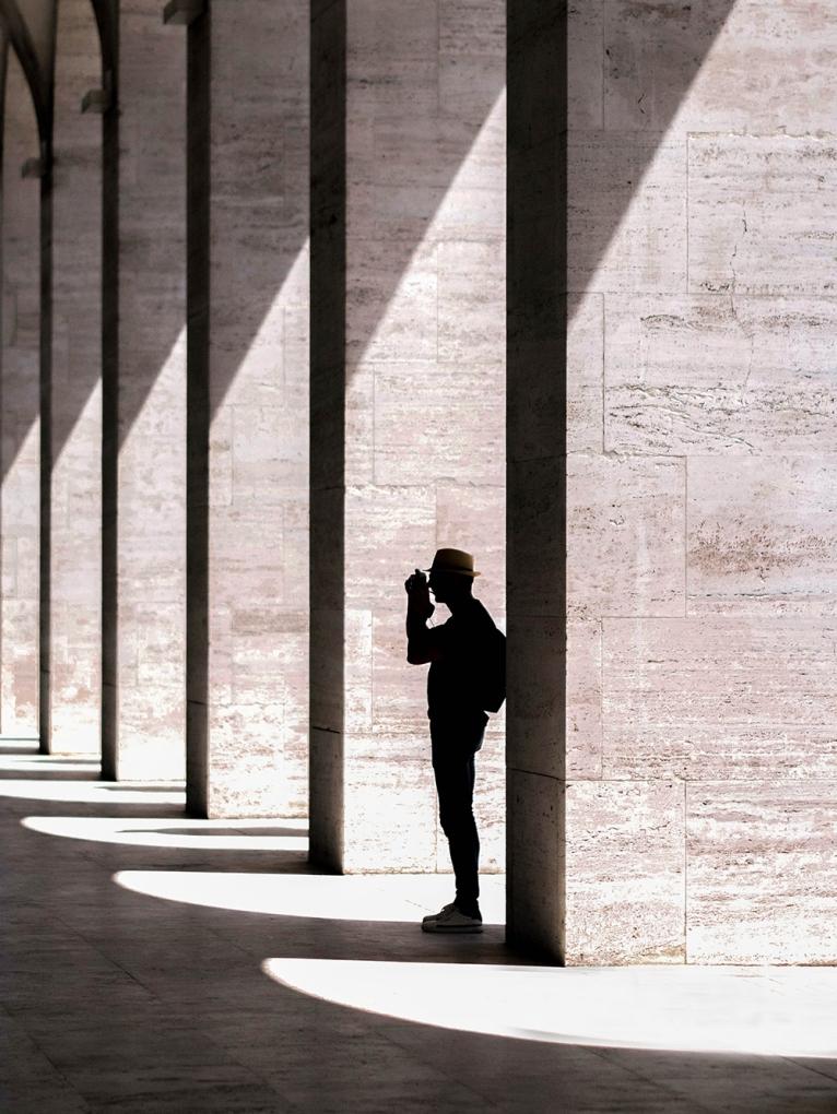 Lumière forte : la silhouette se détache du fond blanc
