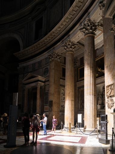 Le petit diamètre de l'oculus du Panthéon restreint la zone éclairée