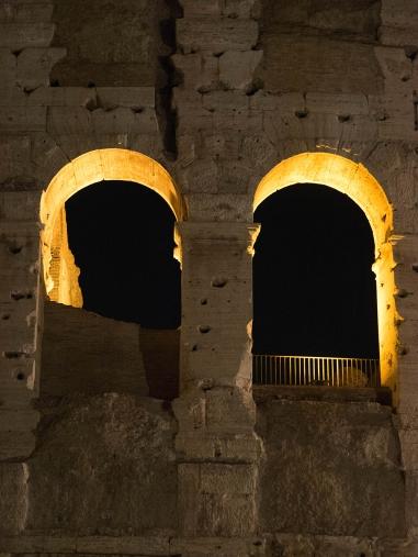 Lumière artificielle pour ces deux images : un détail du Colisée